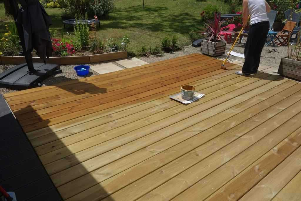 Application du saturateur sur une terrasse